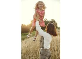 母亲带着女儿在夏日田野里玩耍_9658608