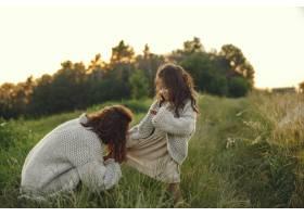 母亲带着女儿在夏日田野里玩耍_9658625