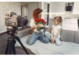 母亲带着女儿在家拍博客_9344475