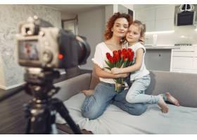母亲带着女儿在家拍博客_9344477