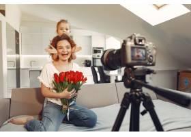 母亲带着女儿在家拍博客_9344480