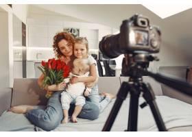 母亲带着女儿在家拍博客_9344484