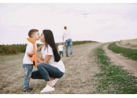 母亲带着小儿子玩玩具飞机_9696233