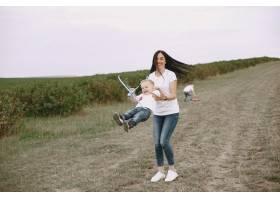 母亲带着小儿子玩玩具飞机_9696250
