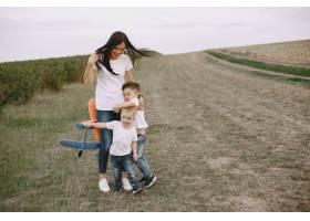 母亲带着小儿子玩玩具飞机_9696254