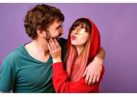 幸福浪漫的潮人情侣在一起玩乐的肖像亲吻_9855618