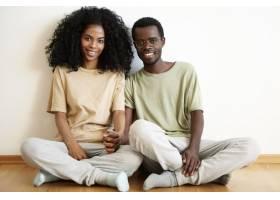 幸福浪漫的非洲年轻夫妇在家中共度美好时光_9534964