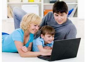 幸福的一家人一起看笔记本电脑_10012601