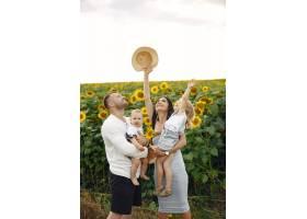 幸福的全家福照片父母和女儿一家人一起_10064876