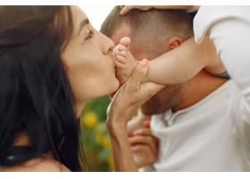 幸福的全家福照片父母和女儿一家人一起_10064883