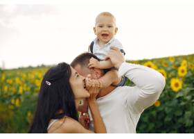 幸福的全家福照片父母和女儿一家人一起_10064886