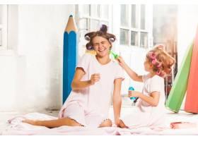 微笑的小女孩在白色上玩泡沫和她的妈妈_10250509