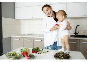 微笑的年轻母亲抱着孩子打电话准备健康_9696763