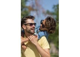 微笑的父子俩在公园里共度时光_9860945