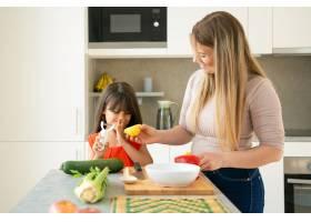 快乐的妈妈和女儿在一起做饭的时候玩得很开_9649844