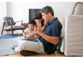 快乐的孩子和兴奋的爸爸一起使用笔记本电脑_9988361