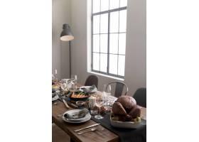 感恩节餐桌上摆着美味的食物_9546259