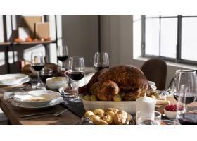 感恩节餐桌上有传统食物_9546325