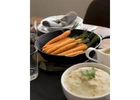 感恩节餐桌上有美味的食物_9546254