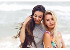户外夏日时尚肖像两个最好的女孩儿风格_10019515