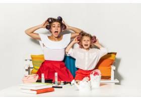 小女孩和妈妈坐在一起玩耍_9902277