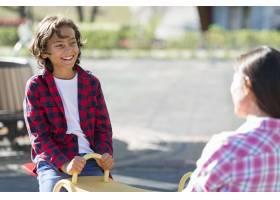 小男孩和妈妈在公园里玩耍_9860983