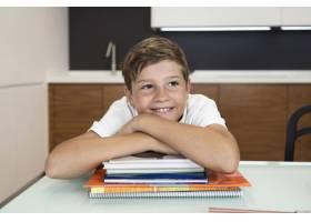小男孩在家中微笑的肖像_9423107