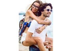 年轻漂亮时尚的潮人情侣相爱在夏日的_9855761