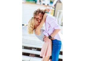 年轻漂亮的女人亲吻迷人的帅哥_9654689