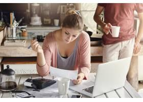 年轻漂亮的妻子计划家庭预算削减家庭开支_9957087