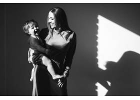 年轻漂亮的母亲带着她年幼的孩子练习母乳_7168697