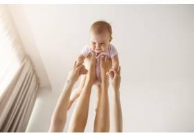 年轻快乐的母亲在家里的床上陪着她刚出生的_9321551