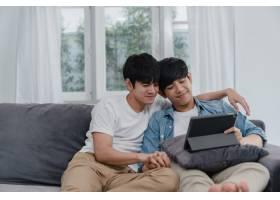 年轻的同性恋夫妇在家使用平板电脑亚洲LG_6137043