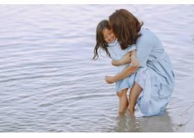 妈妈和女儿穿着一模一样的衣服一家人在河_10065311