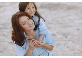 妈妈和女儿穿着一模一样的衣服一家人在河_10065338