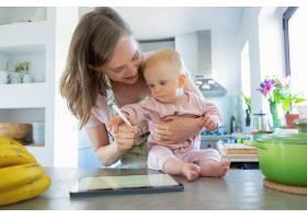 妈妈和小女儿在家一起做饭看平板电脑上的_9650450