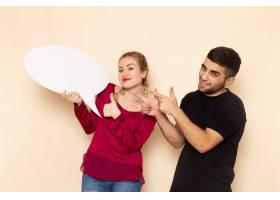 前视穿红色衬衫的年轻女性与男性手持白色标_10248797