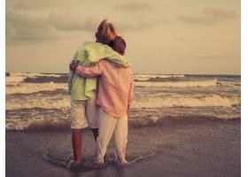 可爱的孩子们在海滩上拥抱在一起欣赏美丽_10186894