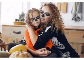 万圣节前夕母亲和女儿穿着墨西哥风格的万_10166039