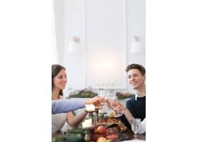 与家人共进圣诞晚餐_9388529