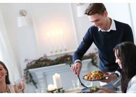 与家人共进圣诞晚餐_9388556