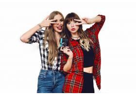 两位美女在白墙上摆姿势的肖像_9654801