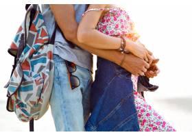 令人惊叹的年轻漂亮情侣在海滩上摆姿势的户_9856080