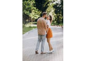 公园里的年轻情侣在一起_9320540