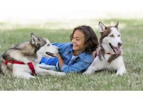 一个孩子和家人在户外和他的狗玩耍_9860904