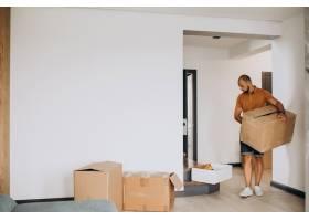 一位年轻人搬进了新房子_10025376
