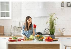 一位年轻漂亮的女士正在厨房准备各种蔬菜沙_9513348