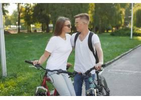 一对夫妇在夏城骑自行车_9659139