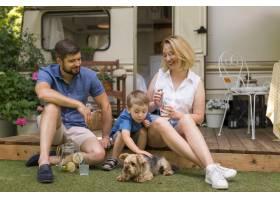 一家人花时间和他们的狗在一起_9943076