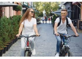 一对夫妇在夏城骑自行车_9659130
